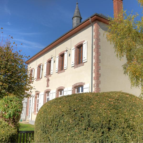 The Ancienne Ecole in Troche is a 300 m2 holiday villa in the French Corrèze.