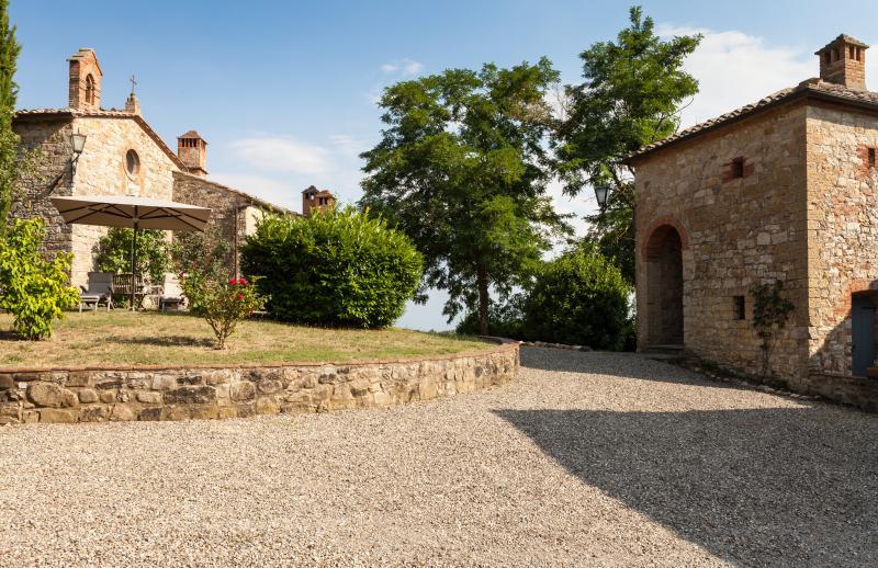 Hilltop Poolside 2 Bedroom Villa in Chianti, alquiler de vacaciones en Gaiole in Chianti