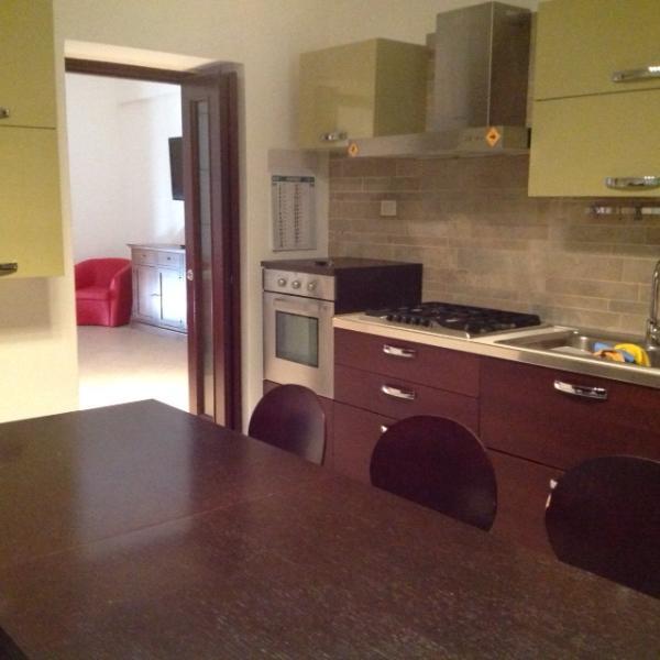 ampia cucina, accessoriata di tutti i comfort (lavastoviglie tostapane forno a microonde frigo TV)