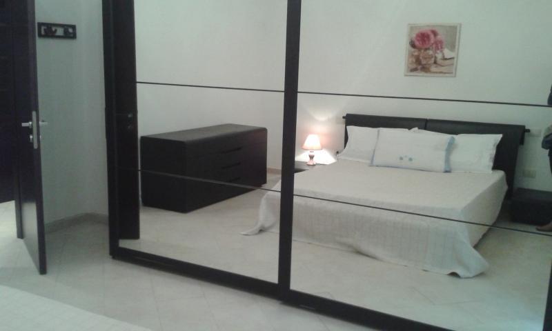 camera da letto matrimoniale, con portafinestra e accesso al balcone