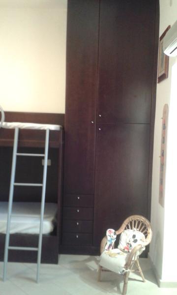 camera doppia con letto a castello (possibilità di un terzo letto) e armadi su misura