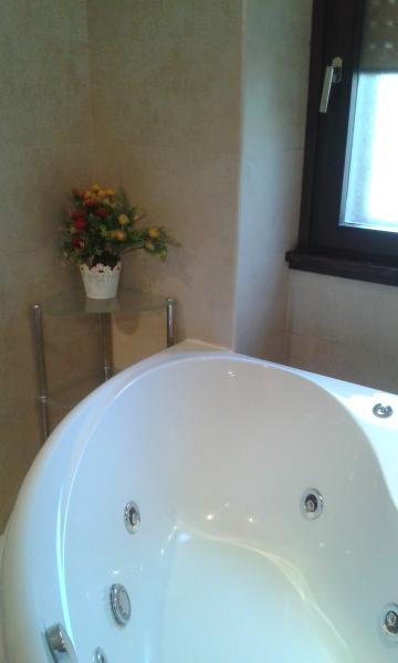 ampio bagno con vasca idromassaggio, doccia e lavandino con doppio lavello