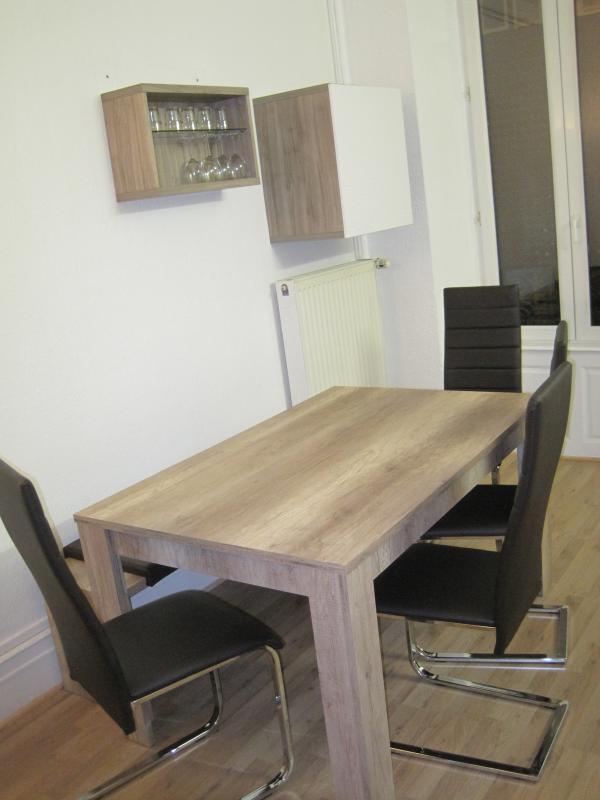Table 4 chaises et un banc, au total 6 places assises.