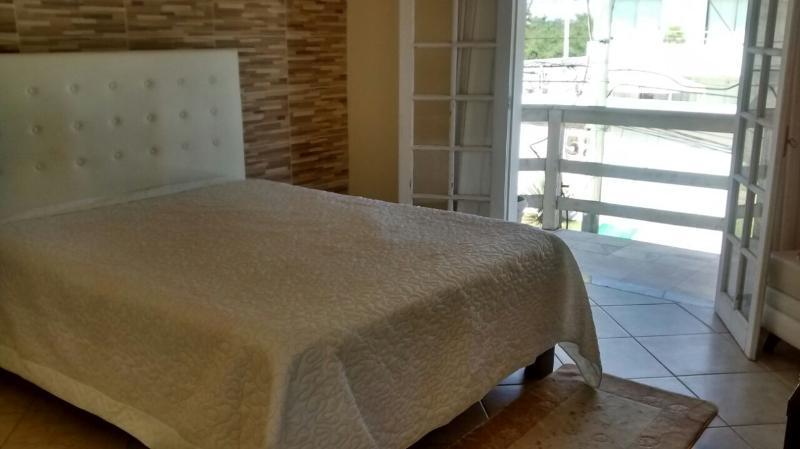 Quarto com uma cama queen size, suíte com banheira.