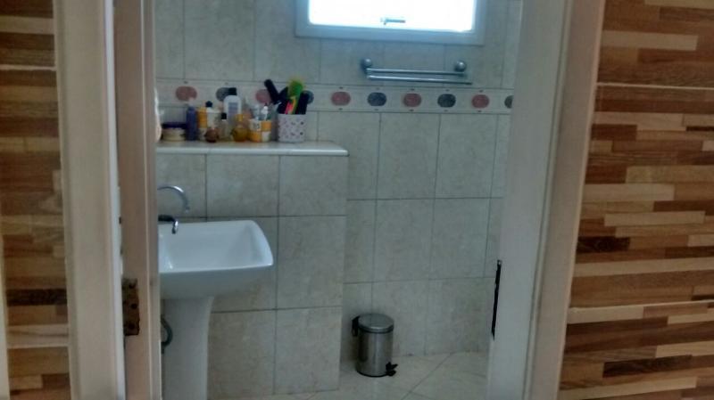 Banheiro completo.