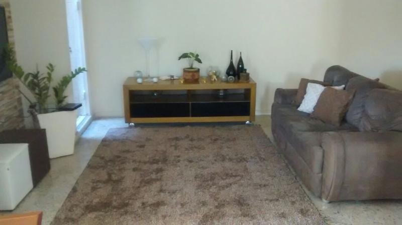 Sala de estar com sofá e televisão.
