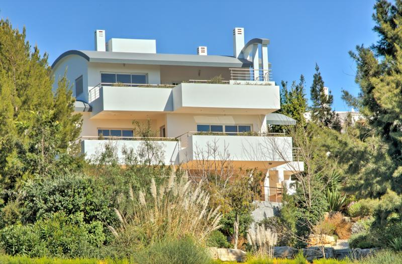 Contemporary Beach Villa with WiFi, holiday rental in Salema