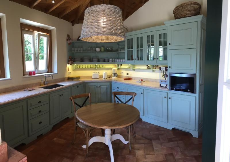 Cozinha com obras de madeira tradicionais