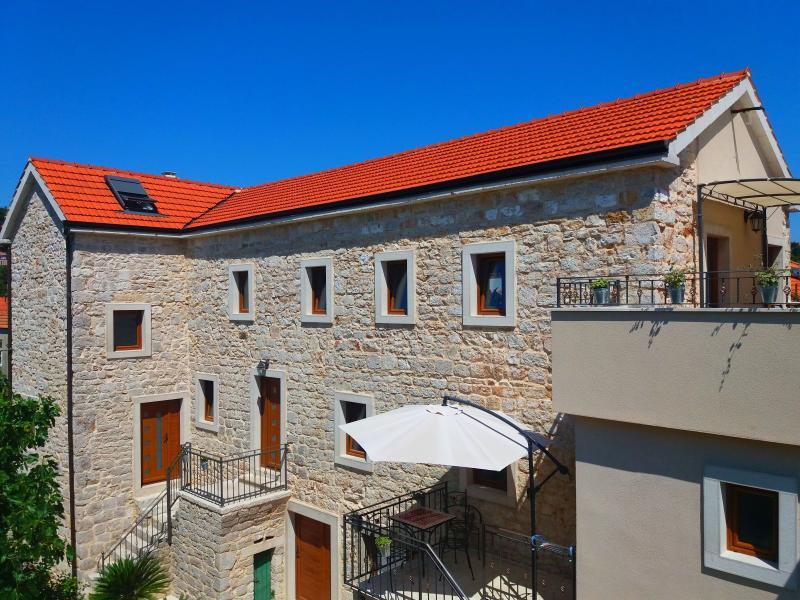 Dalmatian stone house Jelsa - Hvar Ap2, alquiler de vacaciones en Jelsa