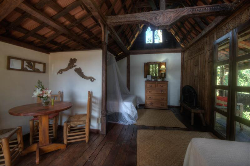 Vista que muestra la cama de la reina / cama doble y puertas de vidrio a porche exterior