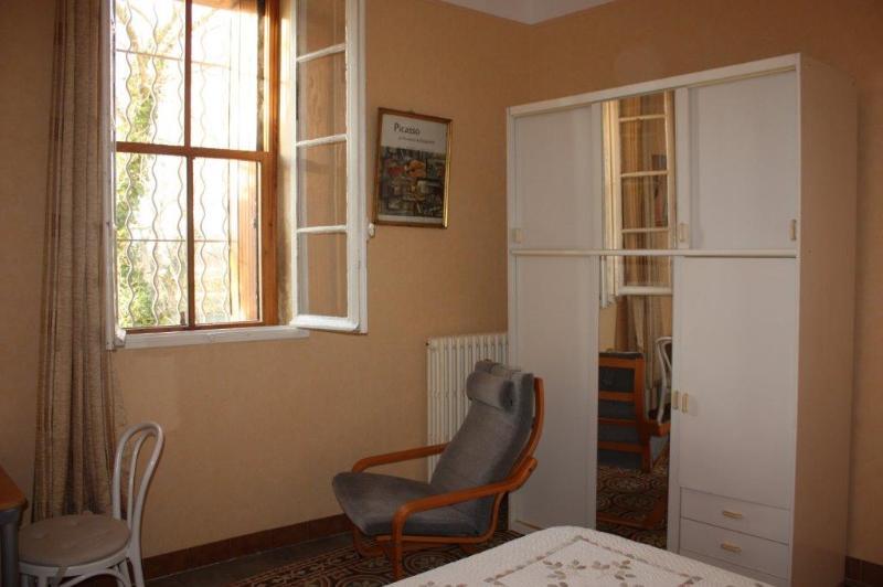 La chambre 'mimosa'du rez-de-chaussée. La fenêtre donne sur la rivière Ouvèze.