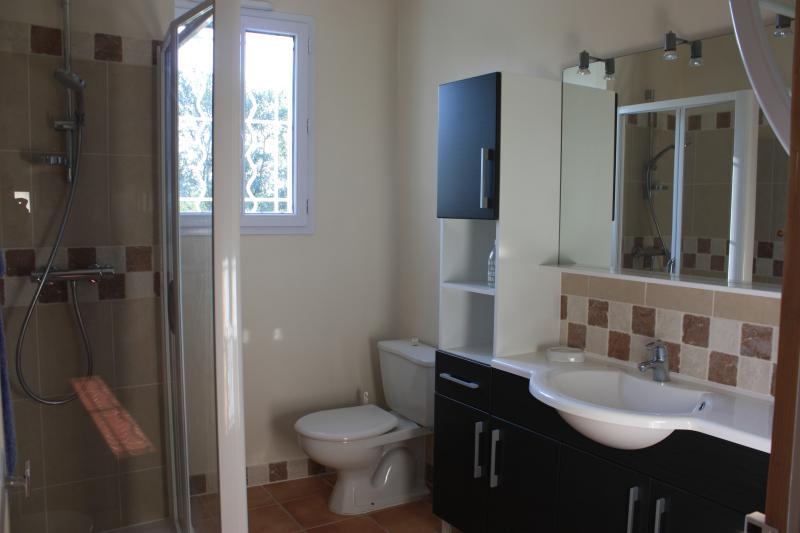 La salle de bains au premier étage, à côté de la chambre verveine