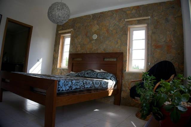 Private bedroom with ensuite bathroom, holiday rental in Praia da Arrifana