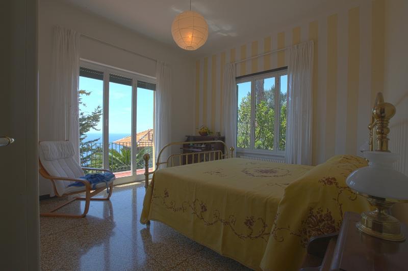 Camera matrimoniale con terrazzo vista mare