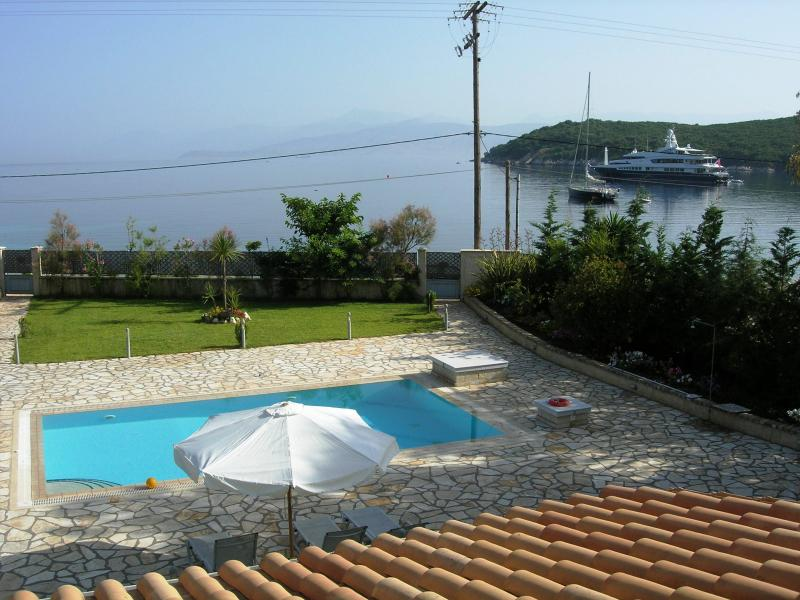Avlaki beachfront villa with pool in Kassiopi, vacation rental in Corfu