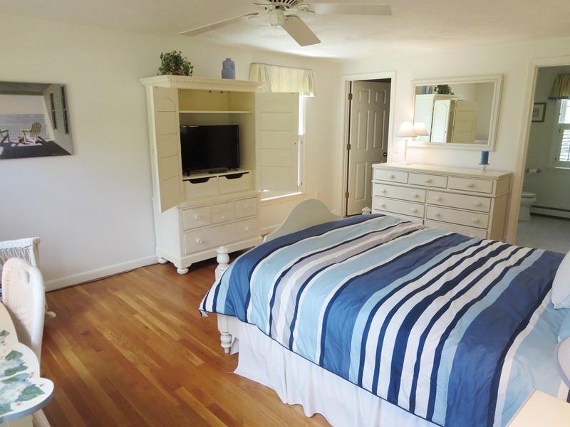 Sovrum # 1, sovrum med en drottning säng, platt-TV och full eget badrum - 30 Cockle Cove Road Chatham Cape Cod New England Semesterbostäder