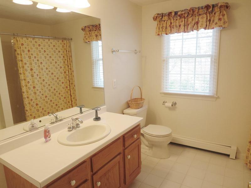 Badrum ligger på andra våningen mellan sovrum 2 & 3 med ett badkar och dusch - 30 Cockle Cove Road Chatham Cape Cod New England Semesterbostäder