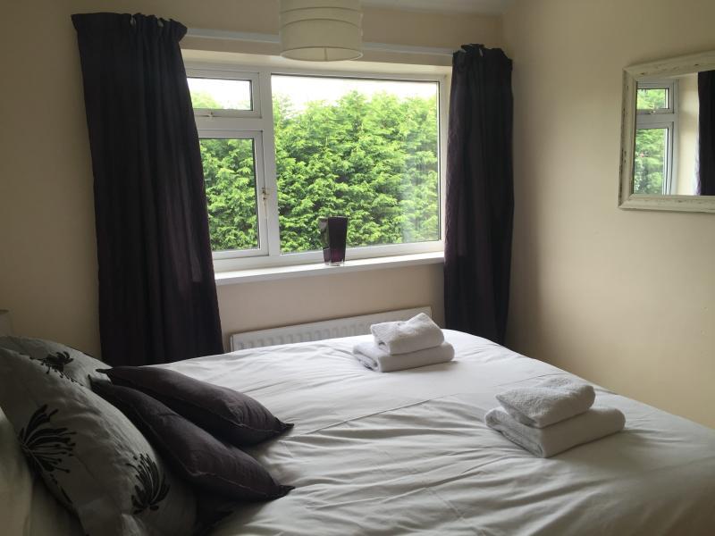 Die hinteren Schlafzimmer. Dies kann entweder ein König oder zwei Einzelbetten sein. Auch ein Kleiderschrank und Kommode.