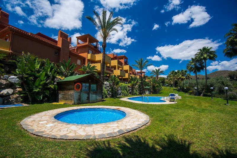 ALQUILER APARTAMENTO NUEVO LA RESERVA DE MARBELLA, vacation rental in Marbella