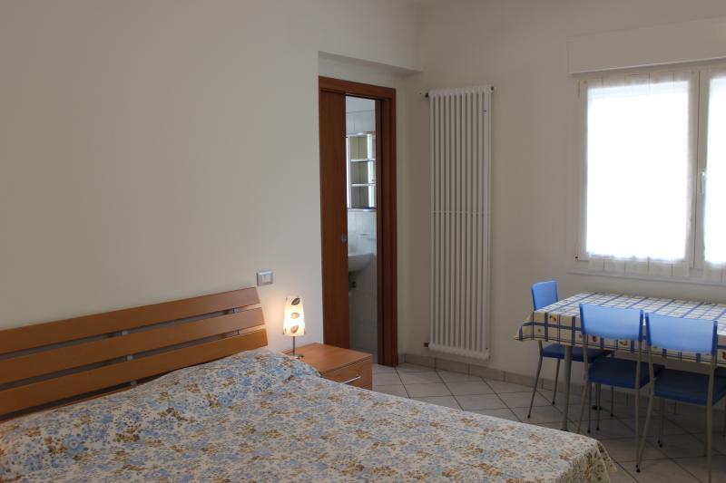 la soluzione di bagno privato finestrato con doccia, tv led,aria condiziona,wi-fi gratis