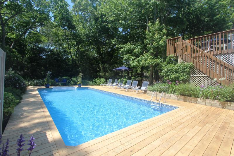 Lushly Landscaped Contemporary With Pool East Hampton North, aluguéis de temporada em Springs