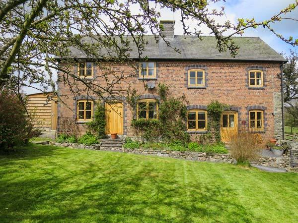 BYRDIR COTTAGE, pet friendly, character holiday cottage, with a garden in, casa vacanza a Llanwrthwl