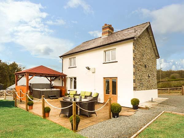 CWMCELYN, family detached farmhouse, luxury accommodation, hot tub, walks from, vacation rental in Llandrindod Wells