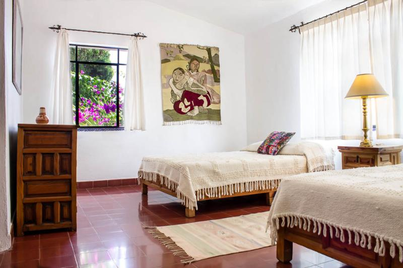 Recámara con dos camas matrinomiales / dormitorio con dos camas dobles.