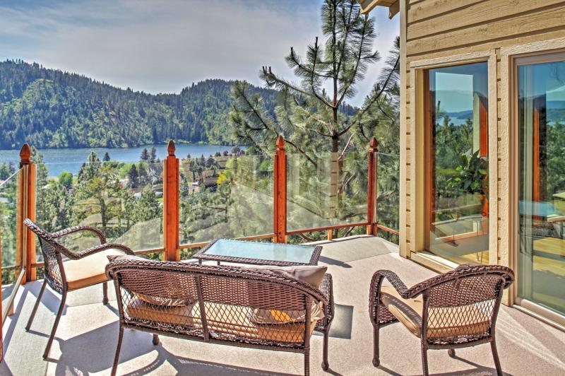 Um deck separado de 200 metros quadrados oferece uma vista deslumbrante do Lago Fernan.