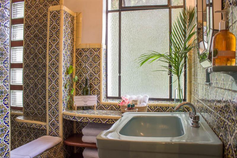 Baño con amenidades hoteleras/Bathroom Hotel amenities included