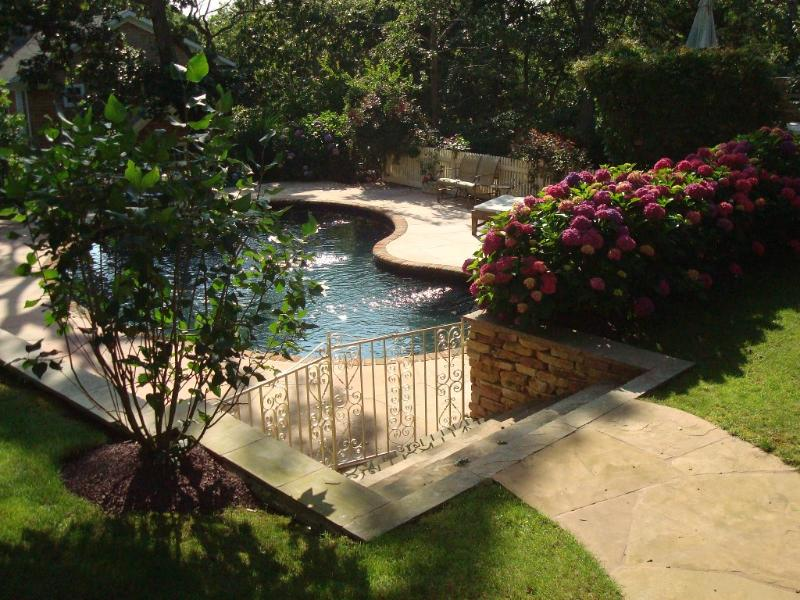 CHIC RETREAT!! Walk to Desirable Bay BEACH!!, holiday rental in Springs