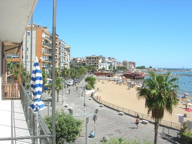 Al centro del lungo mare di Crotone con tanti ristoranti  bar gelaterie e lidi spiaggia libera