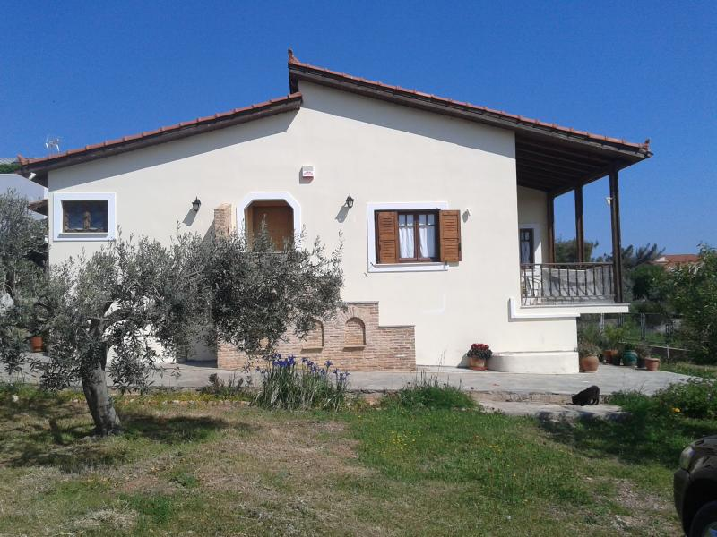 Entire Villa in Lagonisi, vacation rental in Kalyvia Thorikou