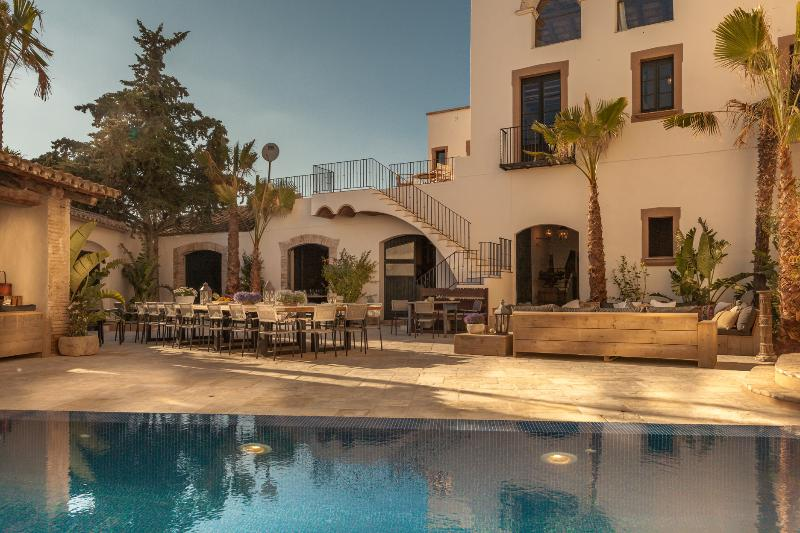 Modern luxury meets history, minutes from the beach and near Barcelona! – semesterbostad i Sitges