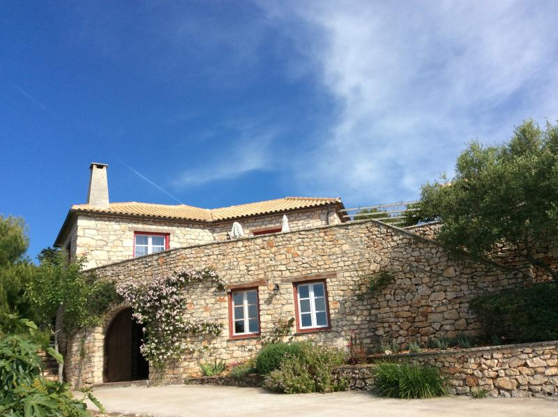 Pefko Spiti (The Pine House) - Traditional House with 4 Acre Private Garden, alquiler vacacional en Anafonitria