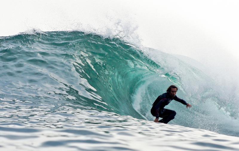 Surf e desportos aquáticos na praia abaixo da casa
