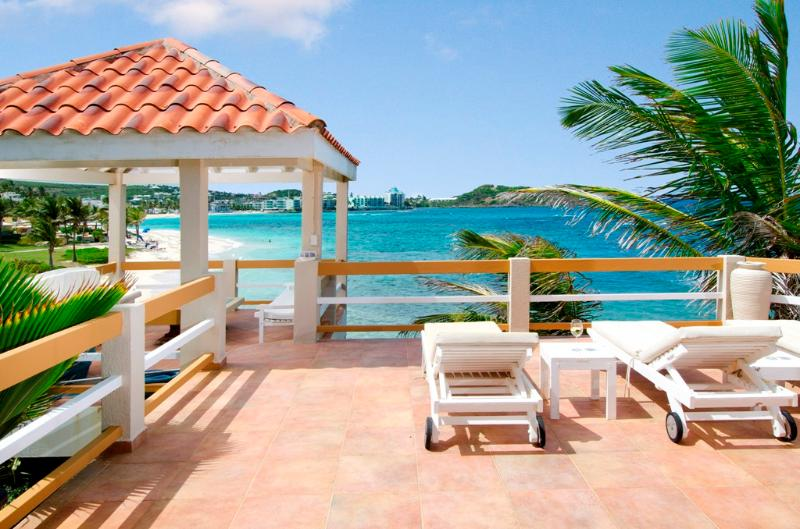 3BR oceanfront villa w/private pool & direct beach access - Bell'Mare - Remax IP, location de vacances à Oyster Pond