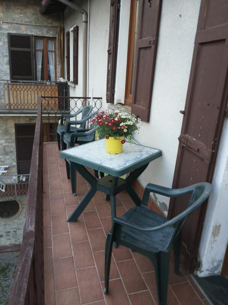 BALCONY WITH LAKEVIEW AND TABLE WITH CHAIRS