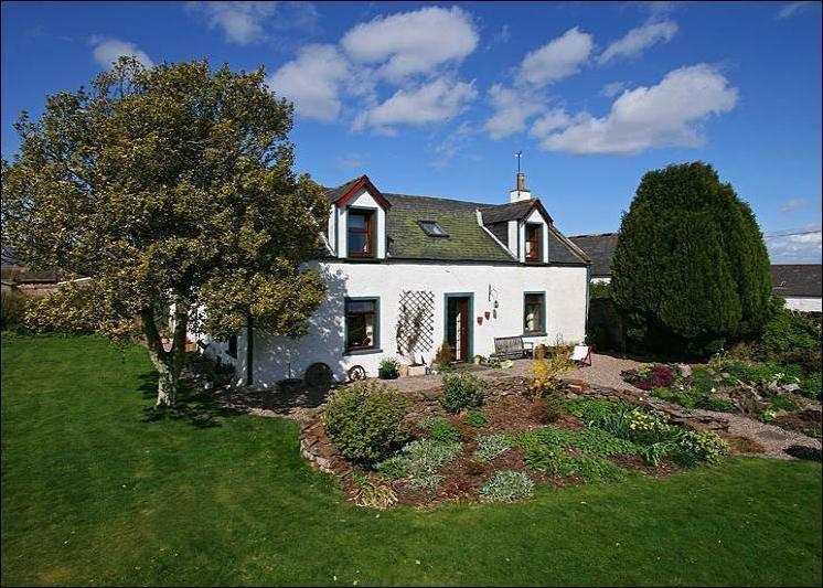 Spacious Farmhouse with generous outdoor areas, vacation rental in Forfar