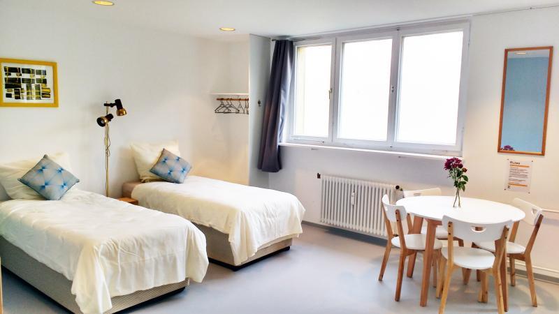 MINITEL-Large Comfy Apt. Private bathroom. Kitchen, location de vacances à Schonefeld
