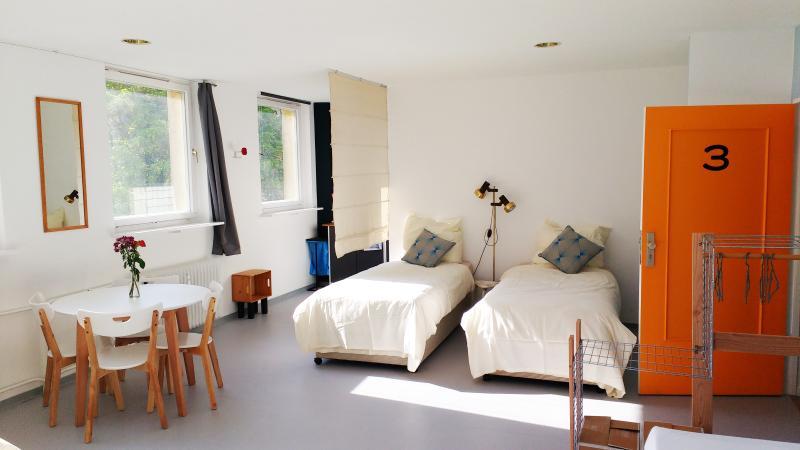 MINITEL-135m2 Apt. 3 bathrooms 2 kitchens. Balcony, location de vacances à Schonefeld