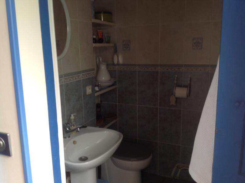 Salle d'eau du bas avec douche italienne.