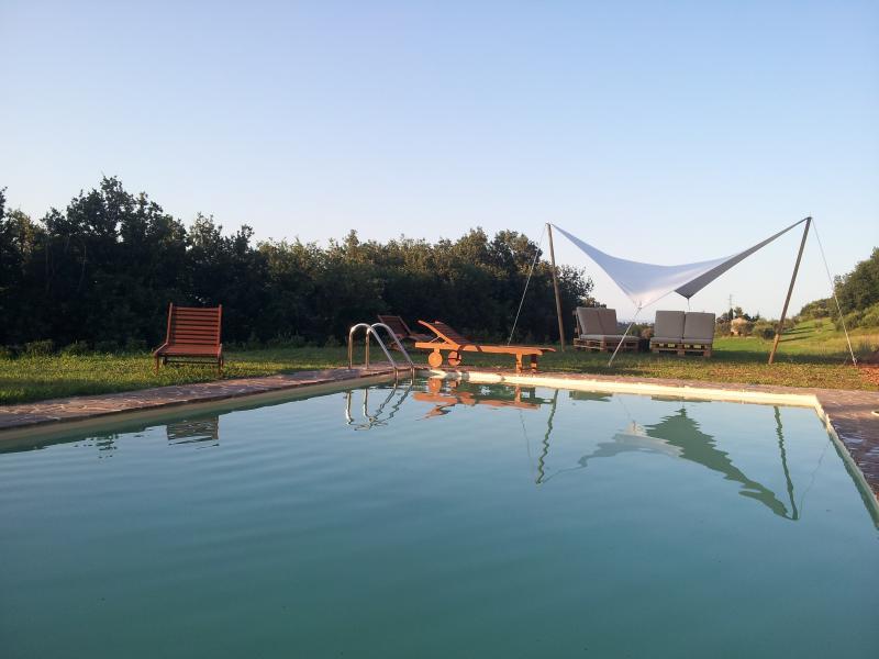 Casa in campagna con piscina in provincia di Fermo, vacation rental in Moresco