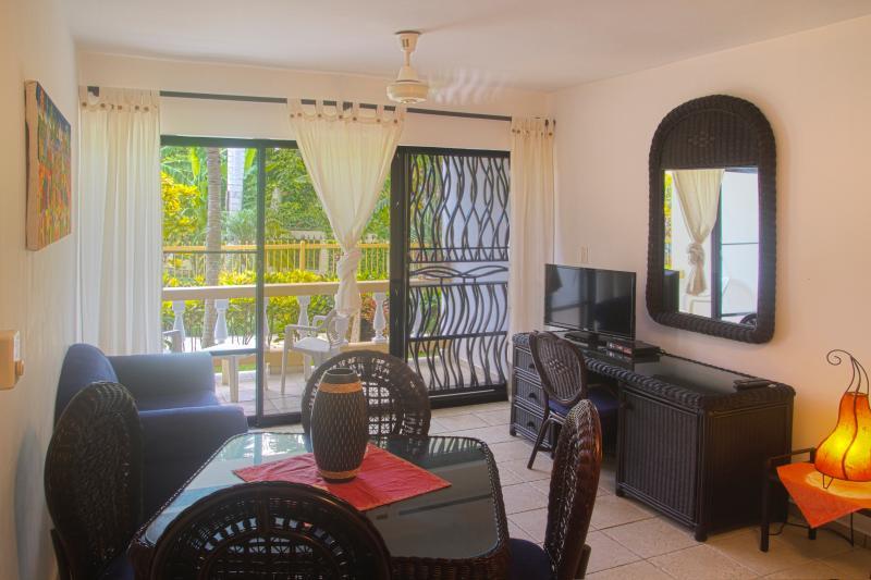 Wohnzimmer mit Schreibtisch und Flat
