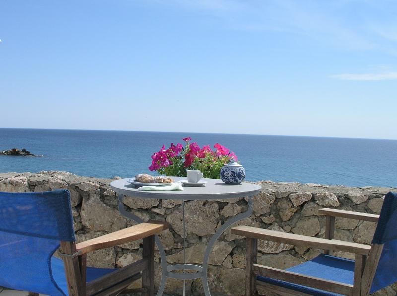 Beachfront house - amazing view in Magazia Skyros, holiday rental in Trachi