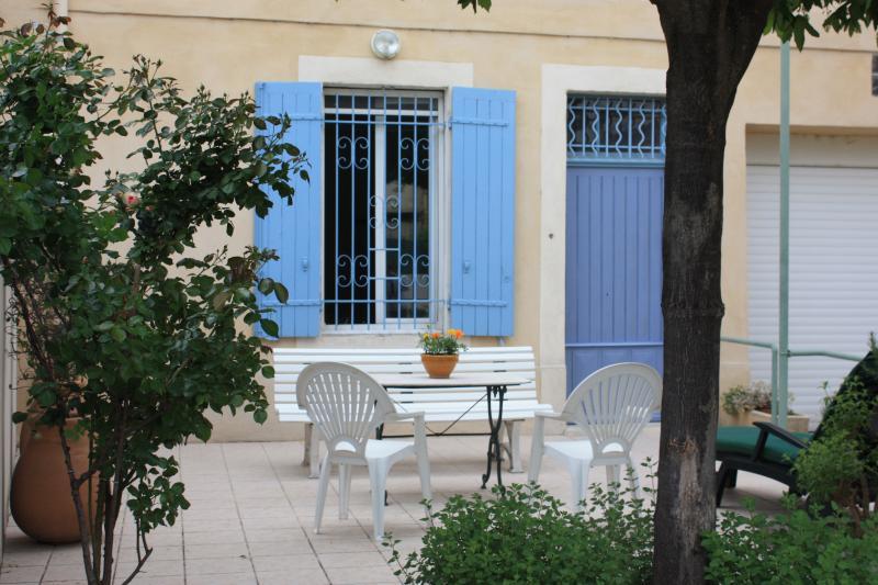 La terrasse et l'entrée de la maison