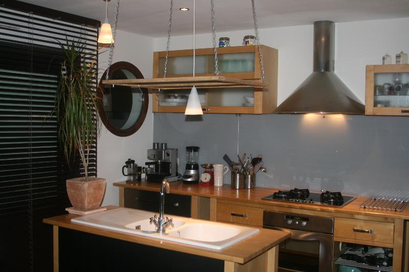 Cuisine ouverte dans le prolongement du salon et donnant sur une petite terrasse