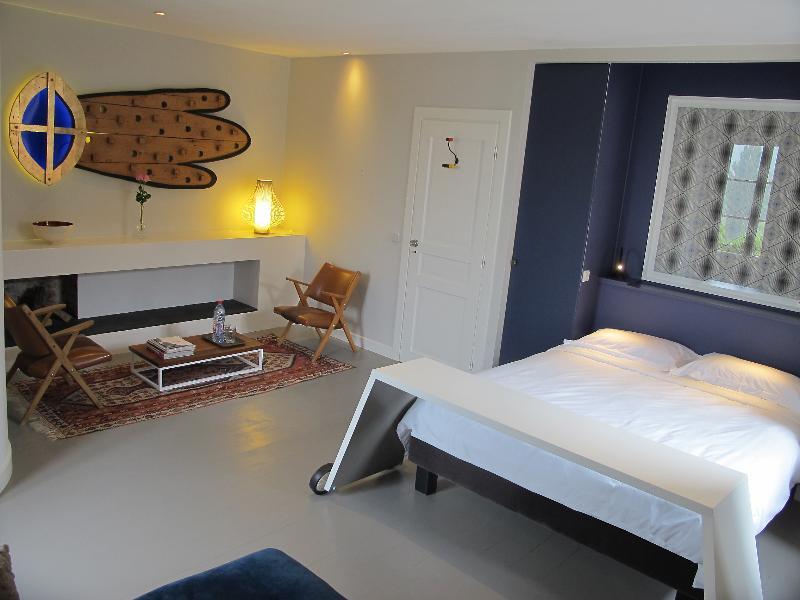 La chambre Pigeonnier. Le confortable lit 160X200, le coin fauteuils et table basse.