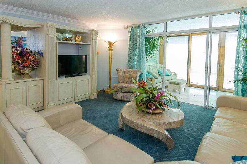 "Livingroom w 40"" flatscreen"