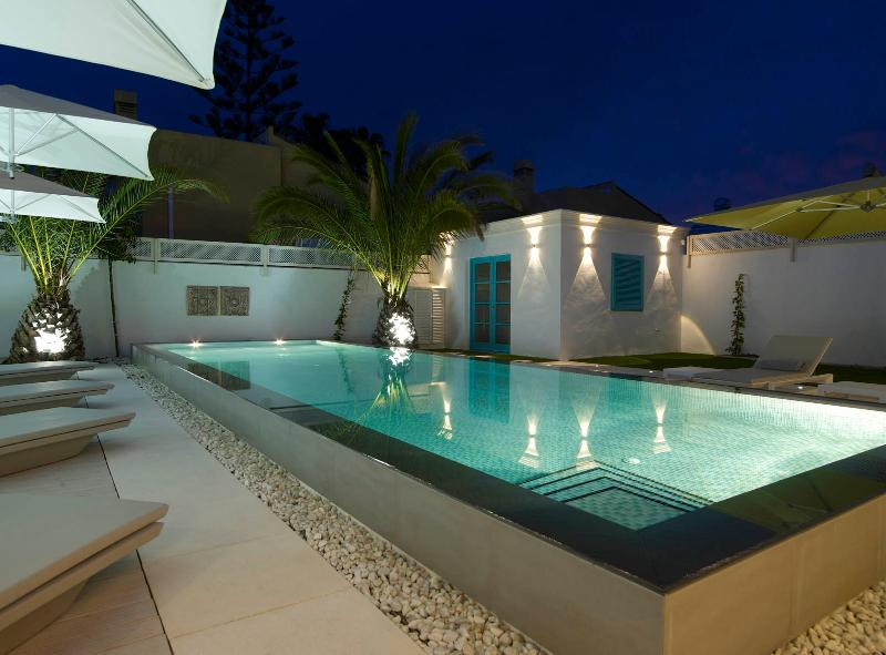 "Professional Hotelier's ""Villa Luxe"" Heated Pool and Floors – semesterbostad i Puerto Banus"